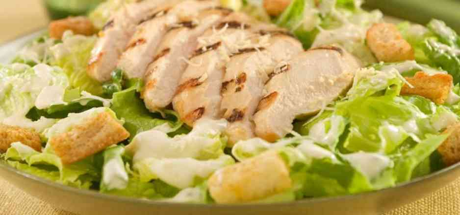 Deliciosa Salada Cesar-  Alface Americana Alface Crespa Frango Desfiado, Crotons e Molho Cesar Tradicional