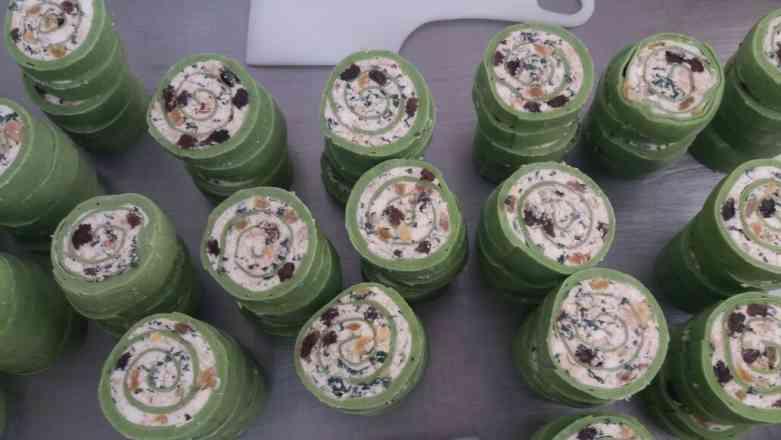 Magnífico Rondelli de Massa Verde Recheado de Ricota,Espinafre,Nozes,E Uvas Passas ao Molho Branco