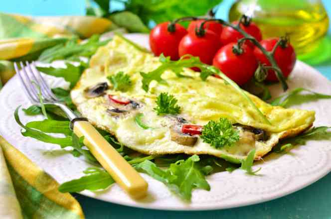 Saboroso Omelete de Mussarela de Búfala Tomatinho Cereja e Manjericão
