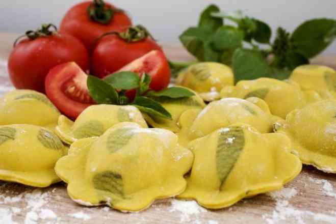 Torteli Caprese (Deliciosa Massa Fresca Recheada de Mussarela de Búfala e Tomatinho Cereja e Manjericão) ao Molho de Tomate Italiano